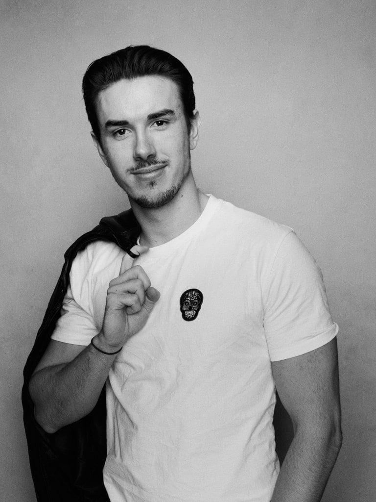 Portræt af Andreas i sort hvid med jaken over skulderen