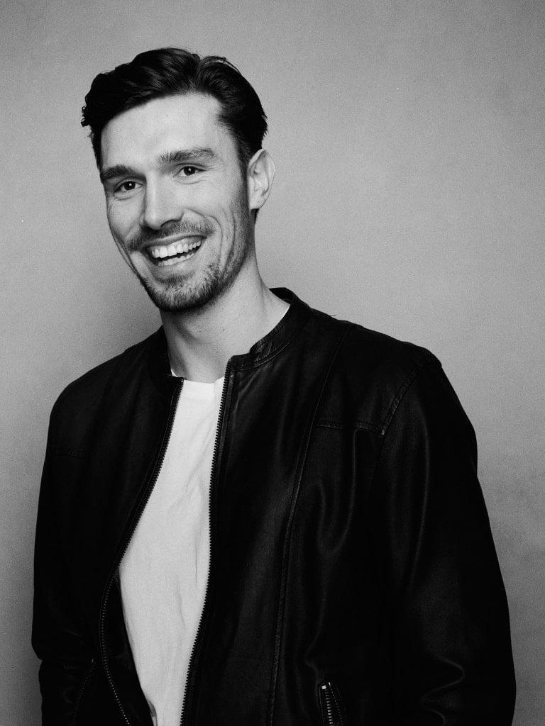 Portræt af Frederik, i sort hvid, der smiler
