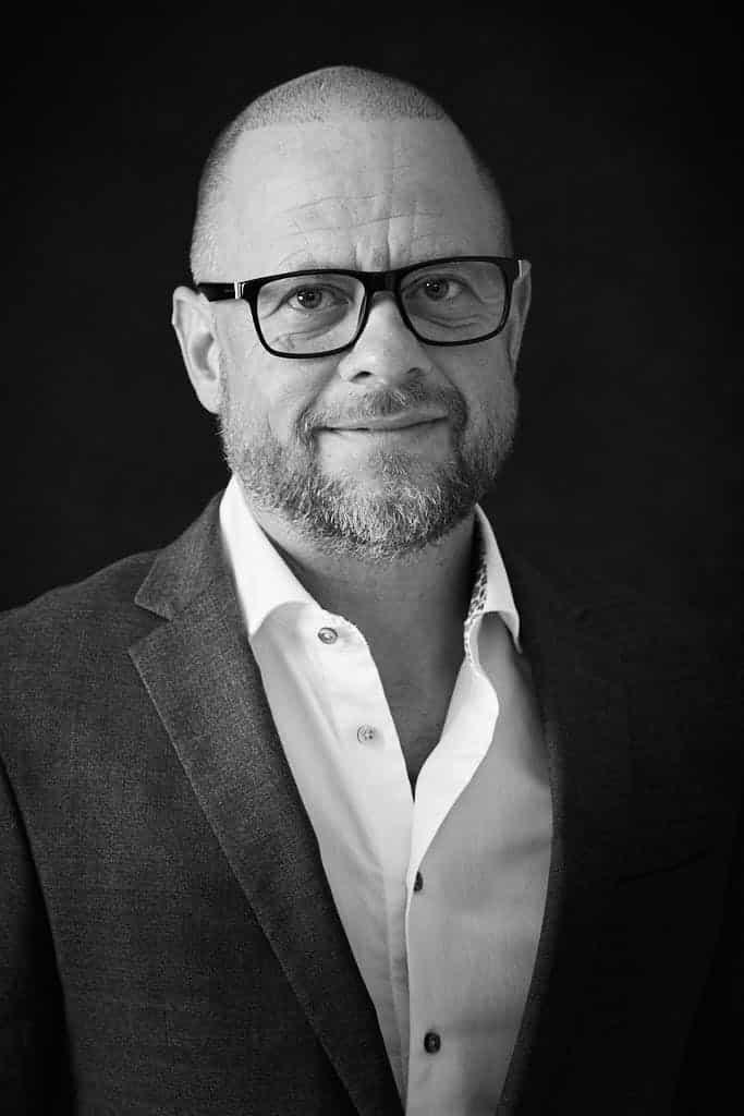 Portrætfoto af Jesper Sort Hvid